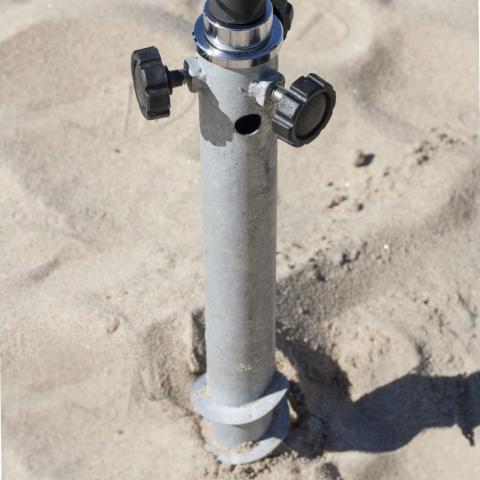 Pormenor da base rosca enterrada na areia