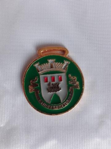 Medalha esmaltada ou vitrificada com ou sem belheira.Várias dimensões. Cor da base à escolha - Bandeiras do Algarve