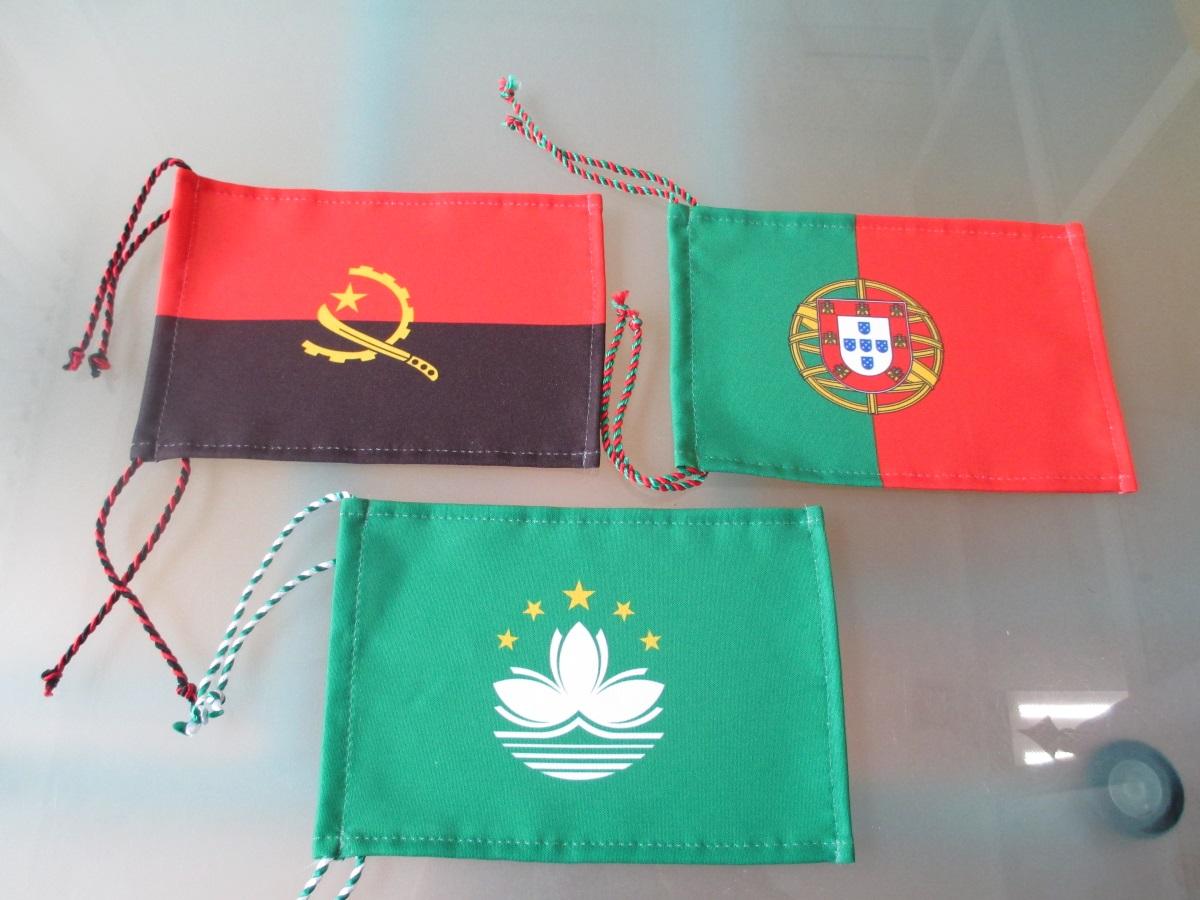 Bandeiras de secretária 21 x 14 cm em tecido com bainhas e cordão