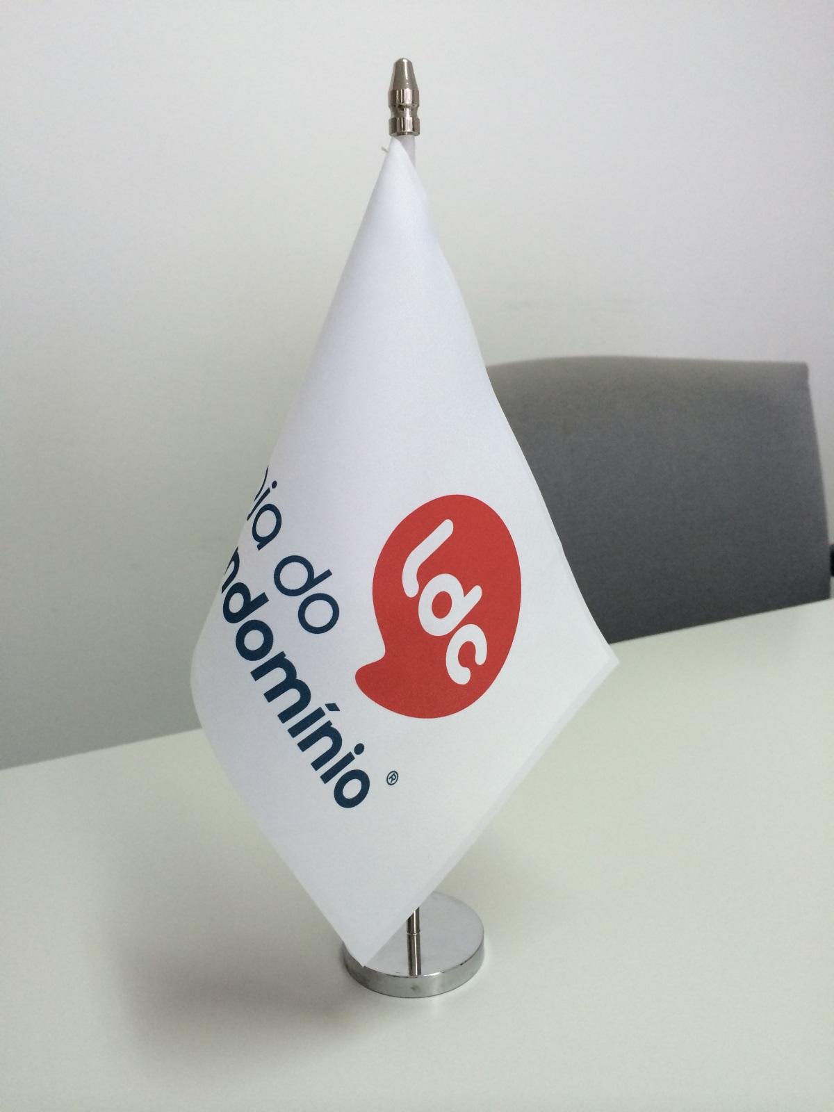Bandeira em cetim 21x14cm, personalizada com haste e base maciça, em metal cromado